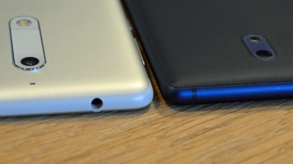 Das Nokia 5 und das Nokia 3 liegen nahe nebeneinander