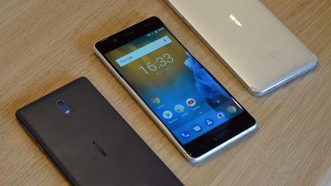 Das Nokia 3, Nokia 5 und Nokia 6 liegen auf einem Tisch
