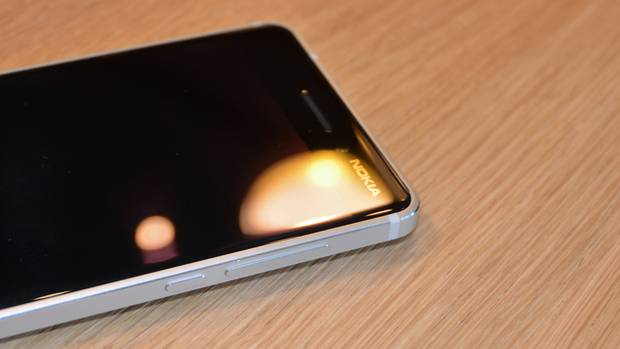Das Nokia 6 liegt auf einem Holztisch