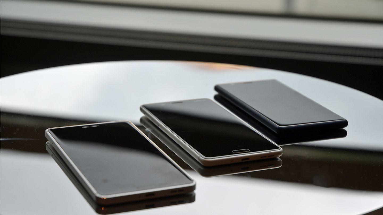 Das Nokia 3, Nokia 5 und Nokia 6 liegen auf einer Glasfläche