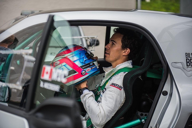 Auch DTM-Fahrer Robert Wickens ist vom Smart Brabus Renn-Taxi begeistert