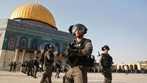Tempelberg: Israelische Grenzpolizisten im Innenhof der Al-Aksa-Moschee (Archivbild)