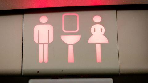 Sex mit Schüler auf der Flugzeugtoilette - Lehrerin wird suspendiert