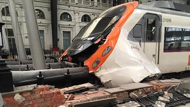 Eine S-Bahn in Barcelona kam bei der Anfahrt in den Bahnhof nicht rechtzeitig zum Stehen und krachte gegen einen Prellbock