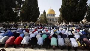 Muslime beten im Innenhof der Al-Aksa-Moschee auf dem Tempelberg