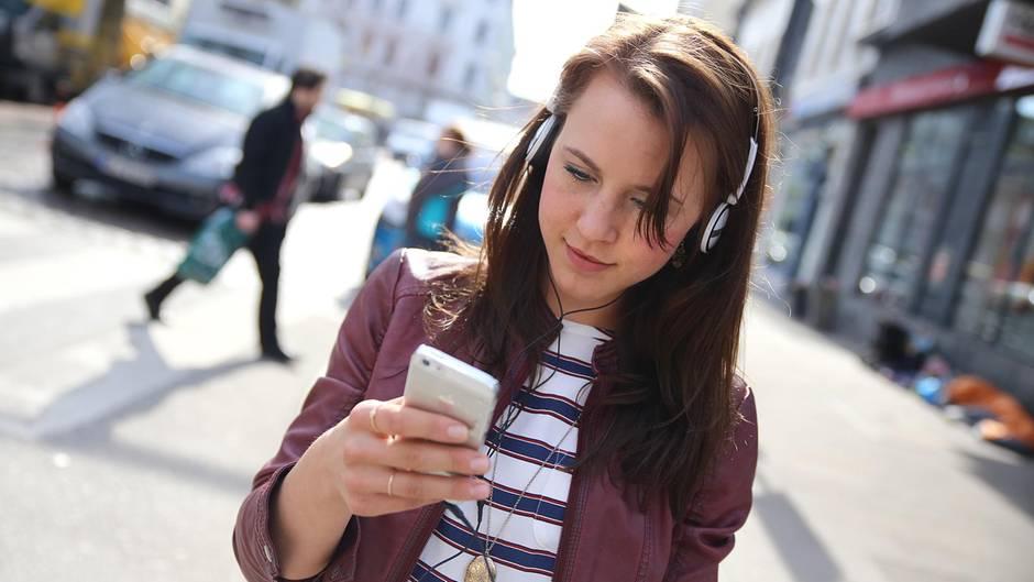 Smartphone-Verbot beim Überqueren der Straße