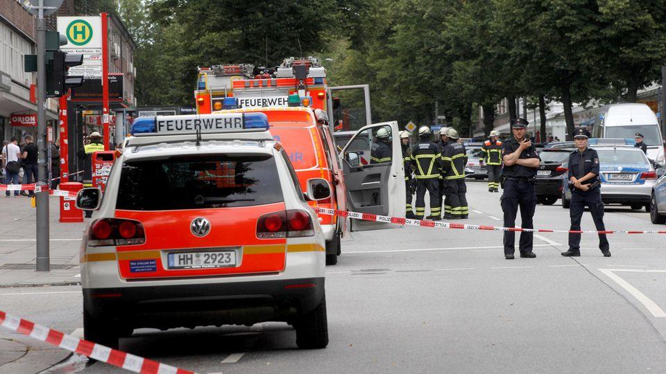 Nach dem Messerangriff in Hamburg fuhren im Stadtteil Barmbek Großaufgebote von Polizei und Rettungskräften auf