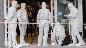 Polizisten beider Spurensicherung am Eingang des Supermarktes in Hamburg-Barmbek
