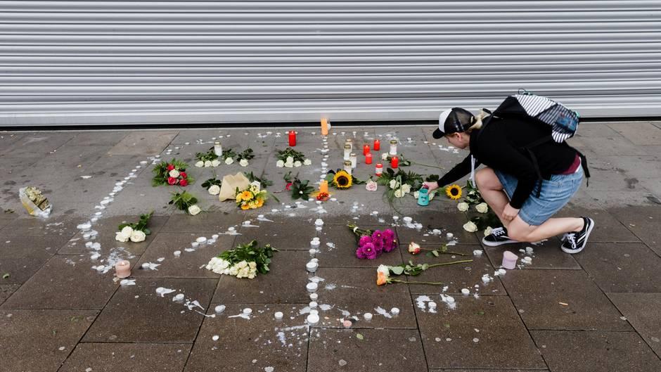 Am Tatort der Messerattacke in Hamburg-Barmbek haben Anwohner Kerzen und Blumen niedergelegt