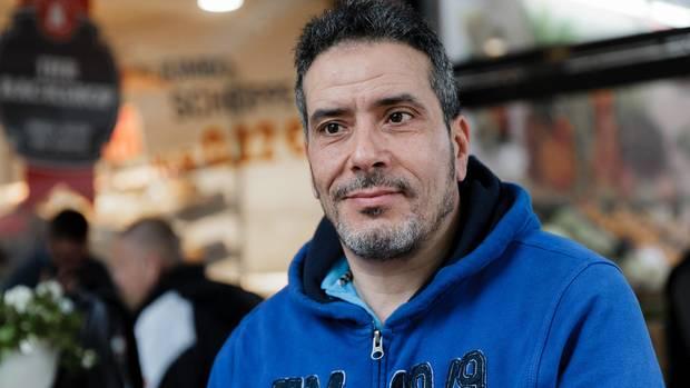 Der Tunesier Jamel Chraiet sitzt in Hamburg-Barmbek in einem Cafe.
