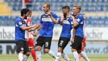 Die Spieler von Arminia Bielefeld bejubeln das 1:1 gegen Jahn Regensburg. Später gelang ihnen sogar noch der Siegtreffer