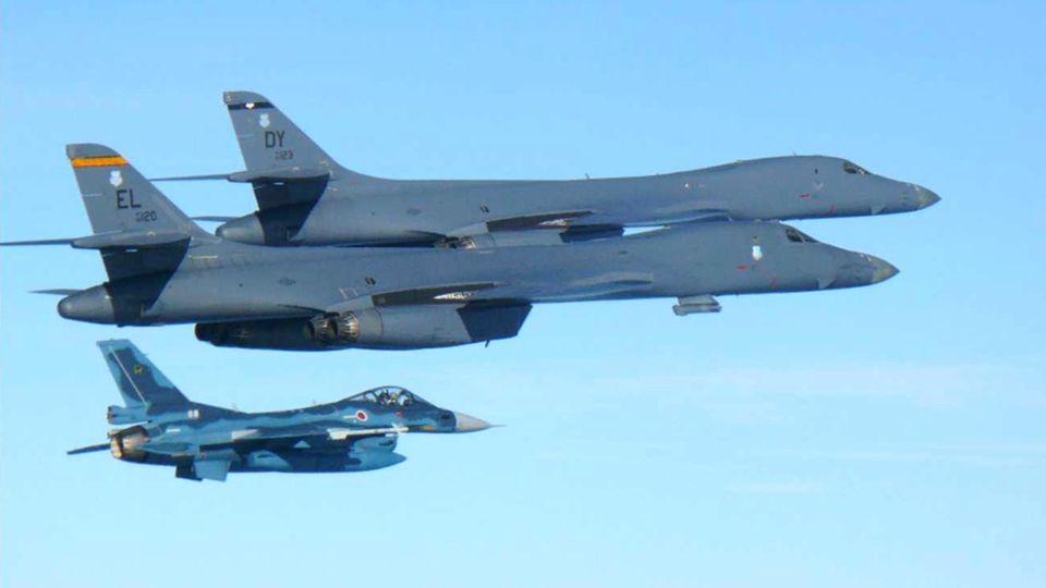 Zwei US-Air Force B-1B Kampfflugzeuge (oben) und ein japanisches F-2 Kampfflugzeug