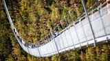 Die Brücke quert einen Hang, nachdemSteinschlag die alte Brücke beschädigt hatte und Wanderer einen Umweg von 500 Höhenmeter in Kauf nehmen mussten.
