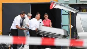 Bestatter transportieren nach Schüssen in einer Konstanzer Diskothek das Todesopfer ab