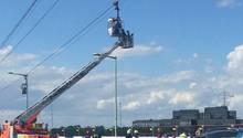Die Feuerwehr musste in Köln Passagiere aus einer festhängenden Seilbahn über dem Rhein befreien
