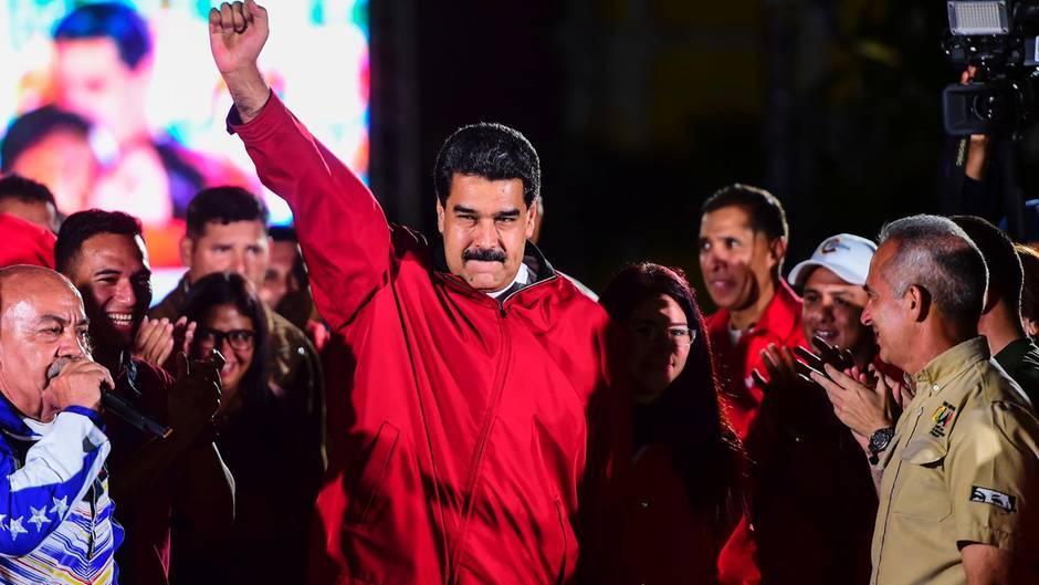 Präsident Nicolás Maduro streckt nach der Wahl in Venezuela seine Faust in die Höhe