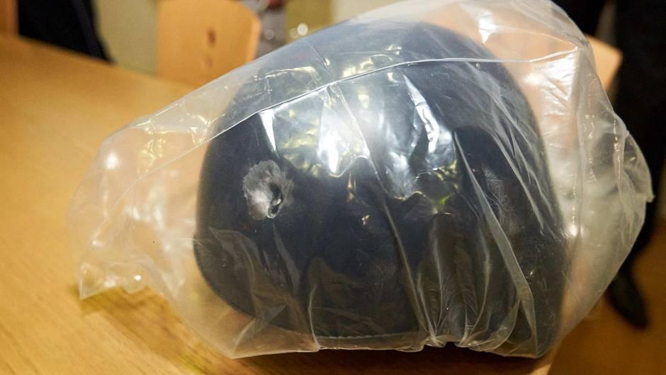Der Helm, den der Polizist in Konstanz trug, fing den Treffer der Kugel ab, Das Einschussloch ist deutlich zu sehen.