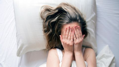 Eine Frau leidet unter Einschlafstörungen