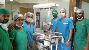 Das Ärzte-Team hatte das Baby in einem Krankenhaus in Indien operiert und einen Fötus im Bauch entdeckt