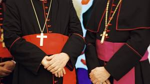 Zwei Priester im traditionellen Ornat.