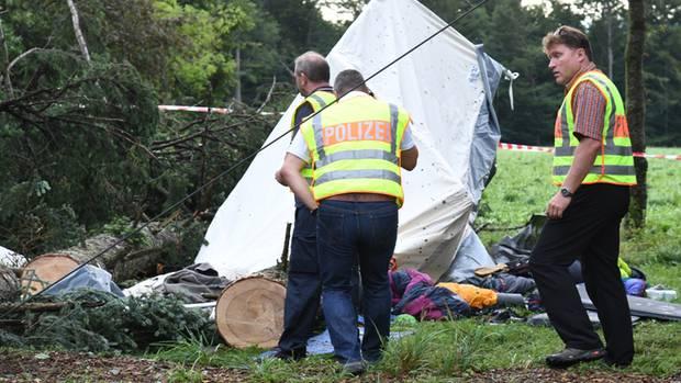 Polizisten untersuchen die Unglücksstelle. Ein Jugendlicher starb bei dem Unwetter in Baden-Württemberg.