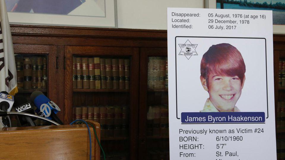 In einer Art Bibliothek steht ein Aufsteller mit einem Foto des nun identifizierten Jimmy Haakenson, Opfer eines Serienmörders