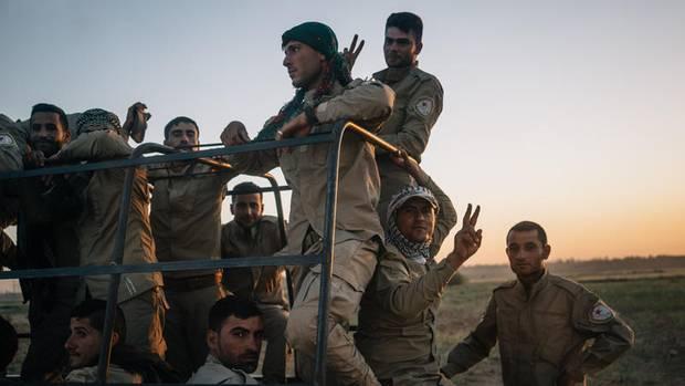 Kämpfer der demokratischen Kräfte Syriens (SDF) auf einem Laster vor der Front. Die von kurdischen Verbänden geführte Rebellenallianz soll Raqqa erobern