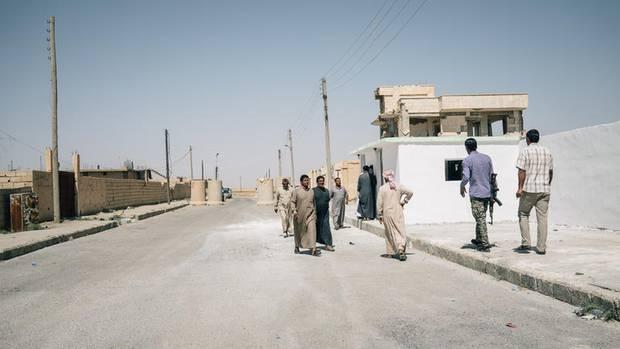 Besucher in dem Dorf Ain Issa, dem Sitz der provisorischen Übergangsverwaltung von Raqqa. Nach der vollständigen Befreiung der Stadt sollen von hier aus Wahlen und der Wiederaufbau organisiert werden