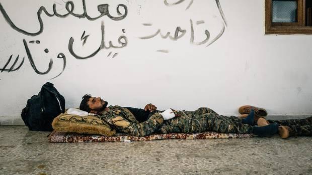 Ein Kämpfer der Anti-IS-Koalition in einem improvisierten Feldkrankenhaus