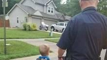 Polizist Aaron Allan mit seinem kleinen Sohn auf dem Weg zur Kita