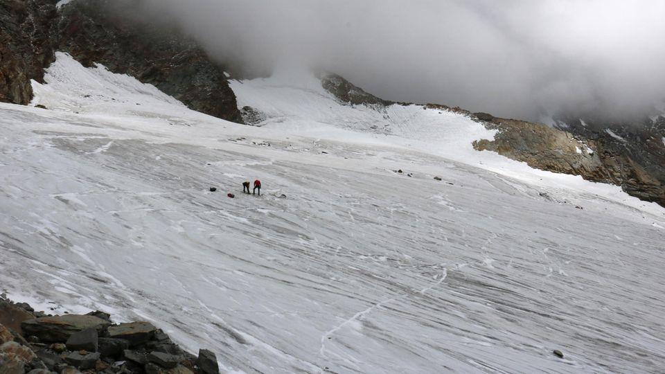 Zwei Kletterer schauen sich den Fundort einer Leiche am Lagginhorn in der Schweiz an