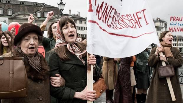 """Vroni (Sybille Brunner) und Nora (Marie Leuenberger) fahren nach Zürich, um dort für ihre Rechte zu demonstrieren: """"Die göttliche Ordnung"""" läuft ab dem 3. August in Deutschland im Kino."""