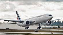 Eine Passagiermaschine von Air France landet bei wolkigem Himmel und nasser Landebahn