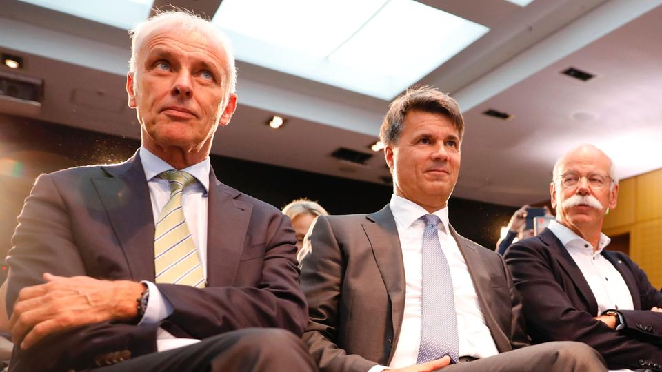 VW-Chef Matthias Müller, BMW-Chef Harald Krueger und Mercedes-Chef Dieter Zetsche vor der Pressekonferenz zum Diesel-Gipfel