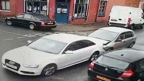 Fahrerflucht: Nach diesem Auffahrunfall in England flüchten alle 9 Insassen