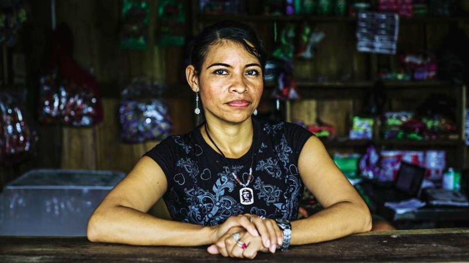 Daisy Joanna in dem kleinen Laden, den sie im Übergangslager betreibt. Damit verdient ihre ehemalige Einheit ein paar Pesos – sie selbst bekommt nichts