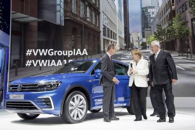 Martin Winterkorns letzter großer Auftritt als VW-Chef auf der IAA zusammen mit der Bundeskanzlerin Angela Merkel und VW-Markenc