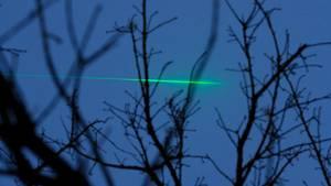 Ein Laserstrahl am Himmel