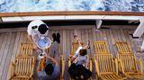 Familien: Falls Sie als Familienvater das Nachsehen haben, wenn erst die Gemahlin und dann der Nachwuchs das Bad belegen und Sie sich schon ungeduscht bei Tisch sitzen sehen – gehen Sie einfach in den SPA-Bereich oder zur Sauna. Da gibt's Duschen en masse und frei sind sie überdies meist auch noch. Dasselbe gilt für den Wunsch nach Speiseeis. Nein, das sollen Sie natürlich nicht in der Sauna suchen, … sondern auf dem Lido-Deck. Viele Cruiseships haben dort einen Softeis-Automaten, wo sich die Kinder frei bedienen können. Manche haben sogar auf jeder Schiffsseite einen – mit unterschiedlichen Geschmacksrichtungen.