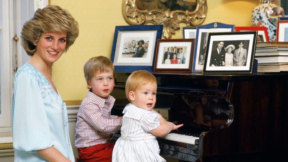 Unverkennbare Mutterliebe sieht man bei Prinzessin Diana, wenn sie mit ihren Söhnen zusammen ist