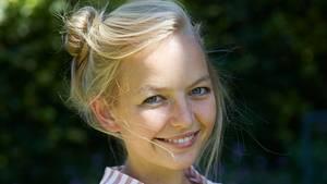Single Louisa, 24, geht auch mal alleine feiern
