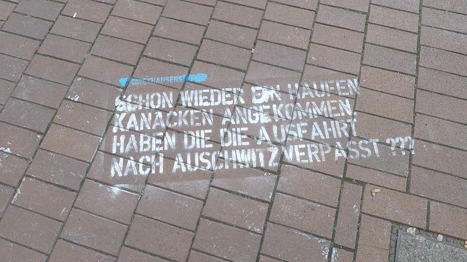 """""""Löscht den Scheiß!"""": Unbekannte sprühen rassistische Tweets vor deutsche Twitter-Zentrale"""