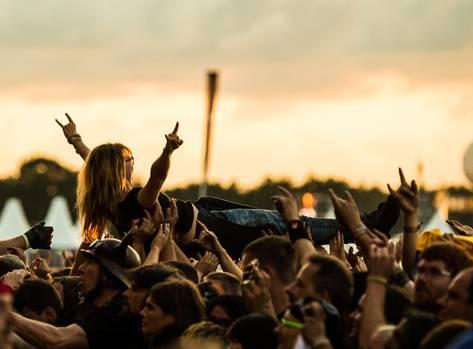 Wellenreiten in Wacken: Während eines Konzerts der schwedischen Melodic-Death-Metal-Band Amon Amarth wird ein Fan beim Crowd-Surfing auf Händen getragen