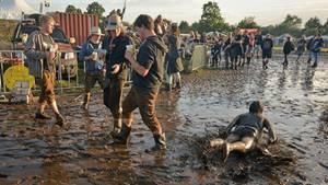 Rutschpartie: Die Fortbewegung durch die Schlammlandschaft des Festivalgeländes war für manchen Besucher am besten bäuchlings zu bewältigen