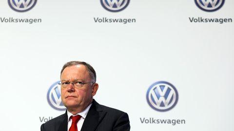 Niedersachsens Ministerpräsident Stephan Weil vor VW-Logos