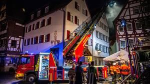 Mit 150 Einsatzkräften hat die Feuerwehr den Brand in einer Sozialunterkunft in Markgröningen (Baden-Württemberg) bekämpft