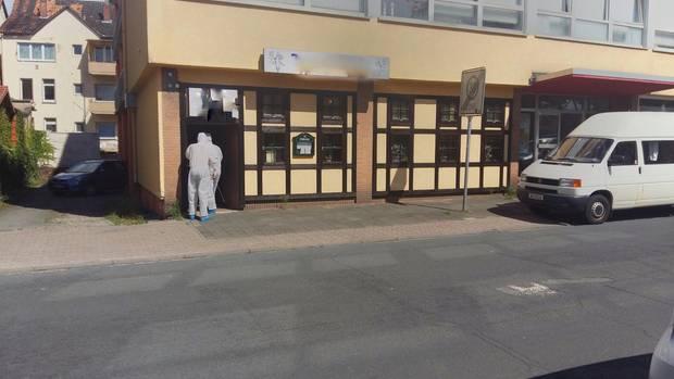 Nachrichten aus Deutschland: In Hameln sichern Ermittler Spuren in einer Gaststätte