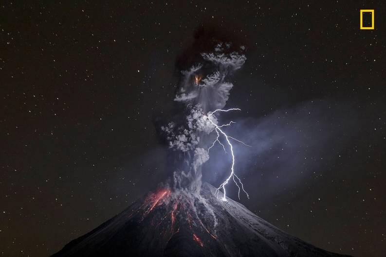 """Das Siegerbild des Fotowettbewerbs von National Geographic:""""Die Kraft der Natur"""", so betitelt der Fotograf Sergio Tapiro Velasco seine Aufnahme des aktiven Vulkans Colima in Mexiko. Die Kombination von glühender Lava und Blitzschlag brachte ihm den ersten Platz in der Kategorie Natur ein."""
