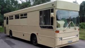 Zu Wohnwagen umgebauter Bus