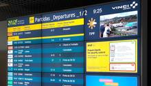 Verspätete und annullierte Flüge auf der Anzeigetafel des Flughafens Funchal:  Wegen starker Winde wurden zahlreiche Flüge zur und von der portugiesischen Urlaubsinsel Madeira gestrichen.